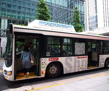 「丸の内シャトル」は、大手町・丸の内・有楽町地区を結ぶ無料巡回バスで、1周約40分程度のルートを12~15分間隔で運行しています。  ルートや運行状況についての詳細は、以下の公式HPを参照しましょう。