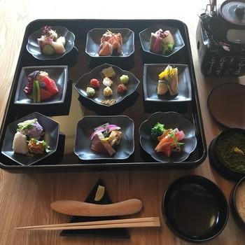 AWOMBの3店舗目であるこちらは、「手和え寿司」のお店です。綺麗に並べられたおばんざいや薬味を、酢飯にのせて和えていただくスタイルです。