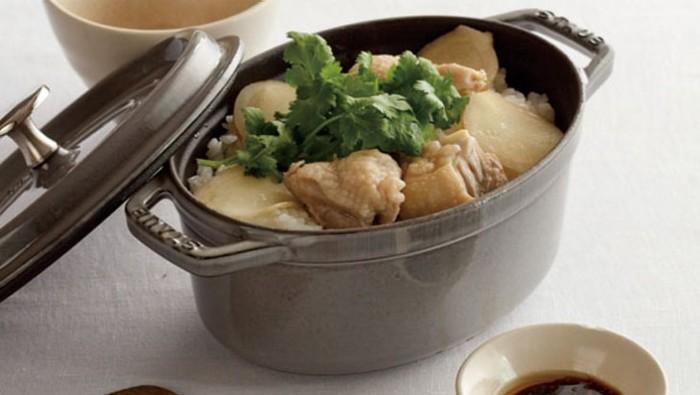 オーバルタイプとは、楕円形の鍋のこと。オーバルもラウンド同様幅広く調理に使えます。  横に幅広いため、長い野菜や魚、大きめの肉なども切らずに調理できるのがメリット。ラウンドタイプに比べて高さが低いため、テーブル上で料理をサーブするならオーバルタイプが便利。