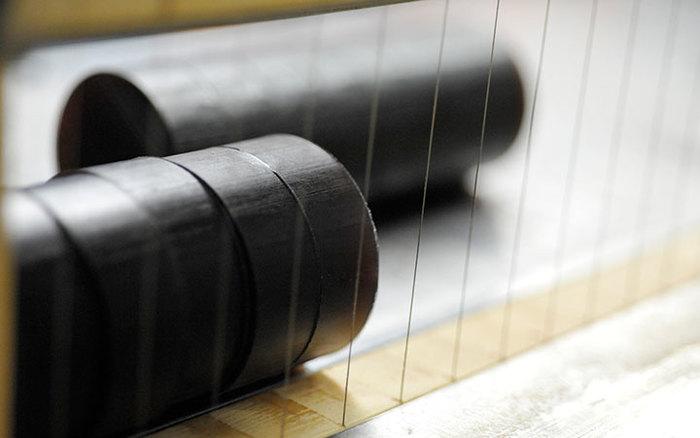 マークスアンドウェブで取り入れられている製法は、昔ながらの石けんのつくり方で「釜焚き製法」または「鹸化塩析法」と呼ばれるもの。ハンドメイドボタニカルソープは、伝統の作業場で熟練の職人さんたちによりつくられています。石けん素地が仕上がるまでは、約100時間かかるものもあるのだとか。