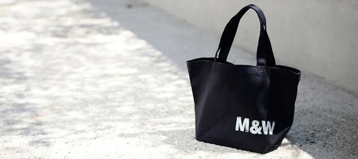 ちょっとした外出や、旅先で気軽に持ち歩ける、シンプルで使いやすいバッグもおすすめ。筆者もいくつか持っていますが、使わない日はないほど重宝しています。丈夫で長く使えるのはもちろん、どんなファッションにも似合ってしまう汎用性の高さも魅力。