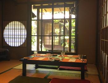 出町柳駅から徒歩7分のところにあるフレンチ・京料理のお店です。風情ある京町家造りの内装も素敵ですね。