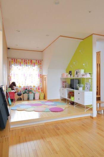 リビングからお子さんの気配を感じられる位置に、キッズルームをつくるアイデアは人気。遊んでいる様子を見ながら家事や仕事ができる安心感はもちろん、片付けの声掛けをしたり、手伝いやすいのもメリットです。