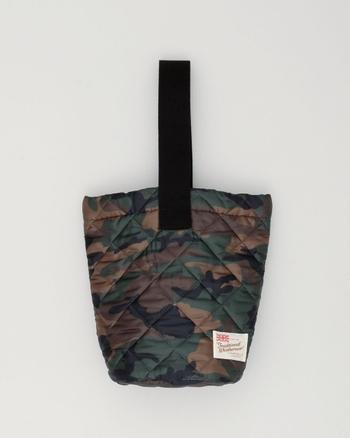 バケツ型で個性的なデザインのバッグ。キルティングの小ぶりなバッグは小さい頃に持っていたお稽古バッグや上履き入れを連想させ懐かしい気分になります。