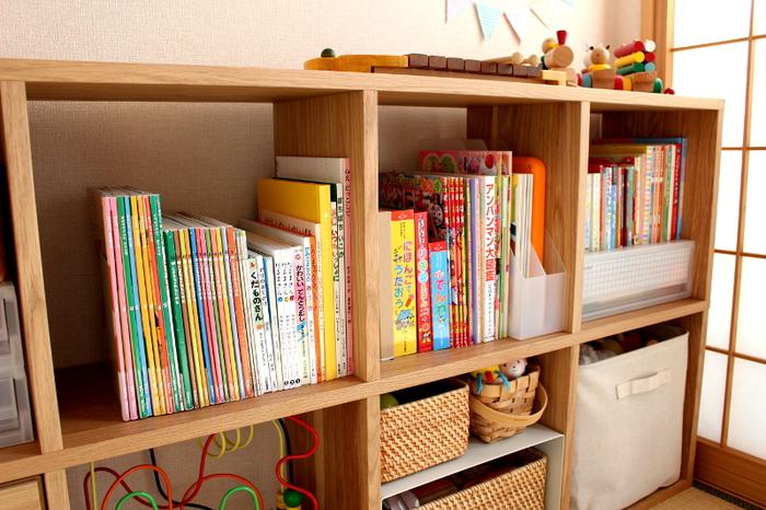 オープン棚は、持ち物が一目瞭然。絵本などお子さんの本収納に持ってこいです。シンプルデザインのオープン棚を選べば、成長しても長く愛用できます。  たっぷりと本を収納したいなら、こちらのお宅のようにきれいに並べて収納しましょう。高さを揃えるだけで美しく整います。お子さんと本の高さ比べをしながら片付けしてみては。