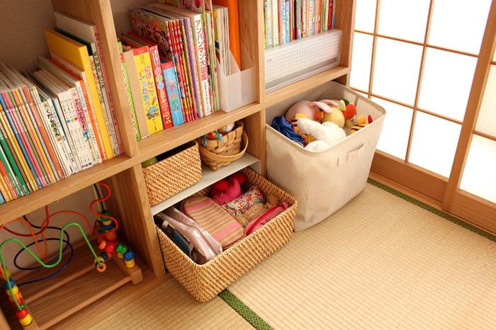こちらのお宅では、オープン棚の一部をボックス収納にしています。かさばるぬいぐるみや細々としたおもちゃも、統一感のあるカゴやファブリックボックスにまとめれば、こんなにすっきり。小さなお子さんも、ポンポン入れるだけなので楽に片づけできますよ。