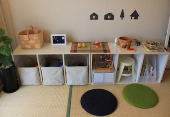 3段のカラーボックスを横向きに使えば、小さなお子さんの目線にもぴったりの収納棚に。高さのあるおもちゃや小さな椅子も、すっきりまとまります。