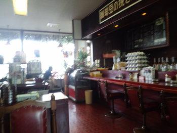 雑誌や新聞が置かれた、昔ながらの「喫茶店」らしさを色濃く残す雰囲気に、どこかほっとするような懐かしさを感じる人は少なくないはず。  あたたかく気さくな雰囲気で今なお人気を保つ、地元の名店です。