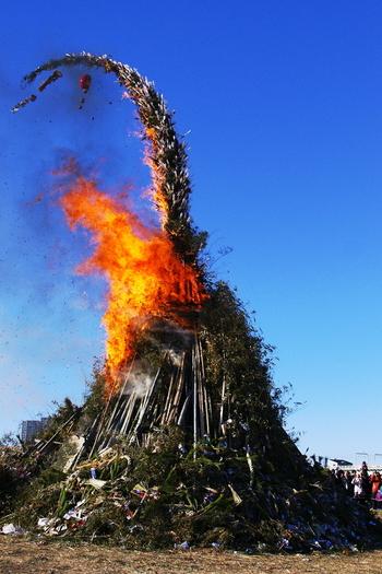 どんど焼きでは、お正月飾りの他にダルマやお守りも処分する事ができます。また、どんど焼きの火にあたれば、1年間健康に過ごせると言われています。