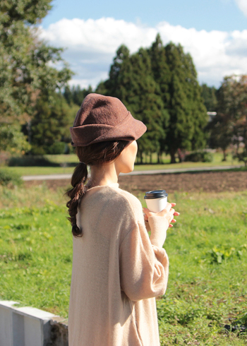 帽子はおしゃれアイテムとして、便利で小回りの利くアイテム。いつものコーディネートにさらっと投入するだけで、印象ががらりと変わることもあります。デザインが凝った帽子は、被る人の個性を引き立ててくれる優れもの。女優になった気分でいろんな被り方を試してみるのも楽しいですよ。