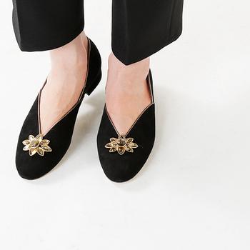 スニーカーや履きなれたパンプスは、楽ではあるけれど、時にはとっておきの美しい靴を履いてみましょう。魔法のように、本当に気分が変わるから。いつでも、自分の好きな時に履けるように、大切な靴はきちんとメンテナンスしておきましょうね。