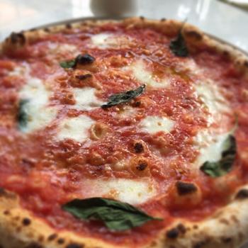 お勧めは、店内に据えられた窯で焼き上げる熱々のピッツァ。 ランチなら、サラダ、デザート、ドリンク付きセットでリーズナブルに味わえます。デザートもピッツァも味が良く、雰囲気も最高と人気です。  【ランチは、ピッツァのセットの他に、パスタ、ミートボールがメインのセットもある。(画像は、人気のピッツァ『マルガリータ』)】