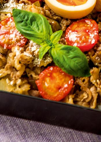 赤ワインとトマトを入れることで、いつもの牛丼とはひと味もふた味も違うおしゃれ丼に。最後に加える粉チーズとバジルもイタリア風味を添えます。