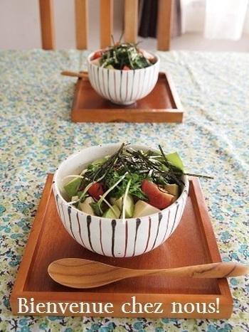 豆腐に、栄養豊かなアボカドを加えた丼。さっぱりヘルシーですが、アボカドのコクととろりとした食感で、満足感もあります。少し和テイストの器や、洋風のガラスボウルなども合いそうです。