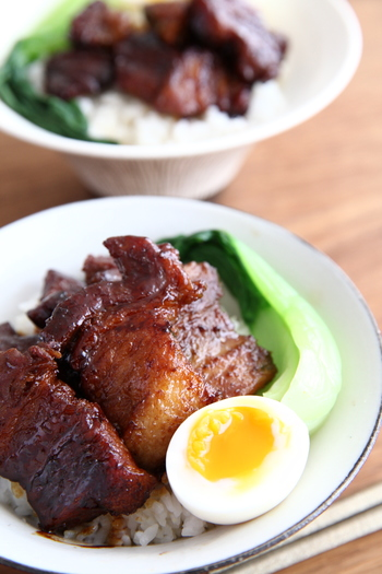 魯肉飯(ルーローファン)は、台湾のおふくろの味。こちらは、豚肉を大きめに切ってボリューム感を出したレシピです。照りもよく、食欲をそそりますね。五香粉を使うと、本場の味にぐっと近づきます。器は、シンプルな柄のないボウルなどにするとお肉が引き立ちそう。