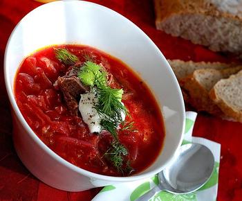 ロシア料理のおもなものは、ボルシチ、ビーフストロガノフ、ピロシキ、水餃子のようなペリメニなどです。コースで提供できる程度のレパートリーを持っていると、おもてなしなどで役立ちますね。