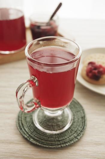 ロシアでは、コンポートとはベリーやチェリー系のフルーツに砂糖を加えて煮て作るジュースのこと。冷凍ベリーミックスなどを使って、簡単に作ることもできます。冬は、ホットで楽しむのもおすすめです。