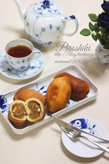 日本でもおなじみのピロシキは、本場ロシアでは焼くのが一般的なのだとか。発酵具合にそれほど気をつけなくてもいいので気軽にできます。こちらのレシピでは、揚げと焼き、両方紹介されていますよ。