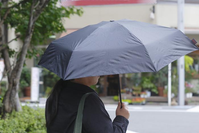 ボタンを一つ押すだけで傘が開く、自動開閉機能付きの折り畳み傘です。 豪雨や強風といった悪天候や、アウトドアで使用されるハードな環境を想定してつくられた頑丈さが特徴。 荷物で両手が塞がっているときでもワンタッチで使えます。