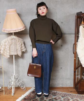 ボリュームのある袖デザインもまだまだ人気!ふんわりとしたシルエットは女性らしくて素敵ですね。ボトムスはデニム素材ですがテーパードなシルエットが女性的、そしてかちっとしたバッグを合わせることで全体をクラシカルな雰囲気にまとめています。