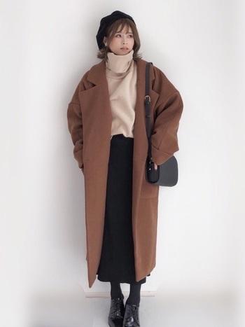 きちんと見えるチェスターコートはオンにもオフにも活躍する万能アイテム。けれど、胸元の開きが他のコートと比べて広いので寒い時はマフラーが必須!ですがタートルネックを着込めば首まであったかいです♪