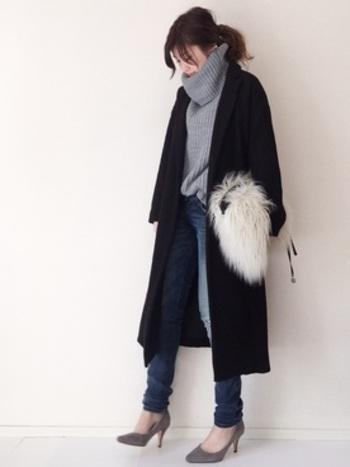 すっきりシルエットのブラックコートにはゆったりニットを合わせてボリュームの差で遊んでみるのも◎。ボトムスは細身デニムでカジュアルに、足元はヒールで大人コーデ。ふわふわバッグで大人可愛いアクセントもプラス。