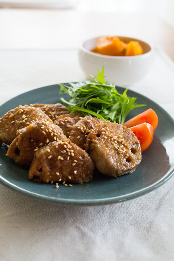 レンコンを厚めにカットし、豚肉で巻いて甘辛な味付けで焼いた「レンコンの肉巻き」。食べ応えのあるおかずは、たくさん作って翌日のお弁当に入れても◎。