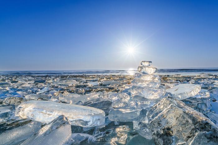 帯広から車で約40〜50分の場所にある豊頃町。十勝川の河口にあたる大津海岸で、新絶景として注目を浴びているのがジュエリーアイスです。十勝川の水が氷結して海に流れ出し、浜に打ち戻されたもの。透明の氷が太陽の光を浴びて、宝石のようにキラキラ輝きます。