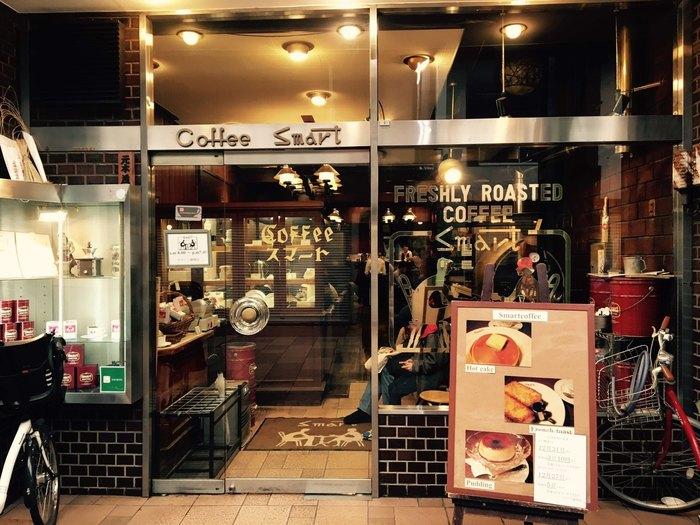 【スマート珈琲店】は、寺町通りの商店街で80年以上続く老舗の喫茶店。朝8時から営業しており、開店と同時に大勢のお客さんが訪れます。