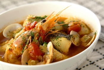 たっぷりの魚介を煮込んだブイヤベースは、見た目も華やかでおもてなし料理にぴったり。サフランやローリエなども使って、本格的に仕上げたいですね。
