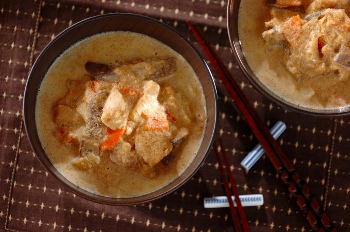 すりつぶした大豆を入れた濃厚な味噌汁が「呉汁」。根菜や鶏肉などを入れて「食べる呉汁」にすれば、野菜と大豆の栄養をたっぷり摂ることができます。こちらは炒り大豆と豆乳をあわせることで、よりこっくりと香ばしく。