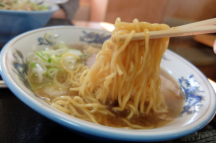 北海道の3大ラーメンの1つが「旭川ラーメン」。中太縮れ麺にラードを浮かせた醤油スープが主流と言われていますが、「しお」「みそ」を看板メニューにする名店もあるのが奥深いところ。たくさんの名店があり、地元っ子にはそれぞれのオススメがあります。食べ比べを楽しみたいなら、名店が集まる「あさひかわラーメン村」へどうぞ!