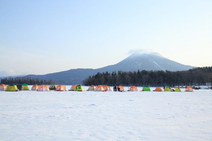 道東・釧路市に位置し、北海道で5番目に大きい湖である阿寒湖。天然記念物のマリモが生息する湖として知られています。冬には湖面が全面凍結し、スノーモービルやワカサギ釣りなどを楽しめます。
