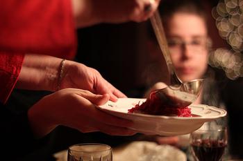 そして、ロシア料理では、ビーツやトマト、唐辛子など赤い食材がよく使われることも特徴。寒さですぐ料理が冷めるので、ひと皿ずつ提供されるコース料理方式が主流です。