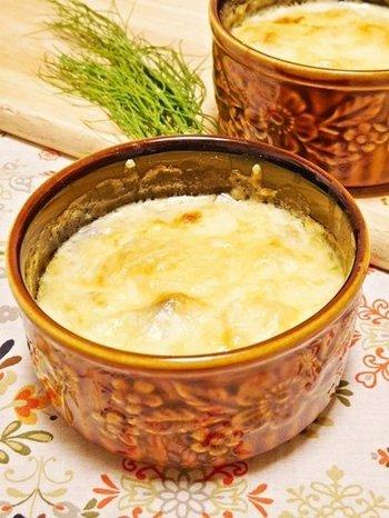 ジュリエンと呼ばれる、きのことサワークリームのグラタン。きのこと玉ねぎを炒め、粉を加えてなじませたら、サワークリームを。あとは、チーズをのせてトースターなどで焼くだけ。サワークリームは、ボルシチのところでご説明したように、水切りヨーグルトなどを加えると本場の味に近づきます。