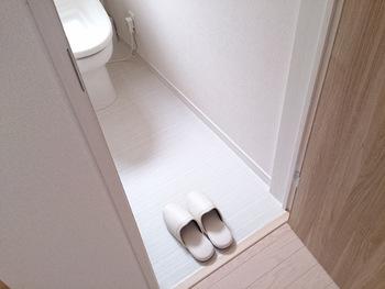 お掃除しやすいように、トイレにはあまりたくさんのモノは置かない方がいいものですが、何も置かないのは殺風景。方角やカラー、ワンポイント小物などについて、風水の考え方を取り入れて、気持ちを上向きにしていきましょう。
