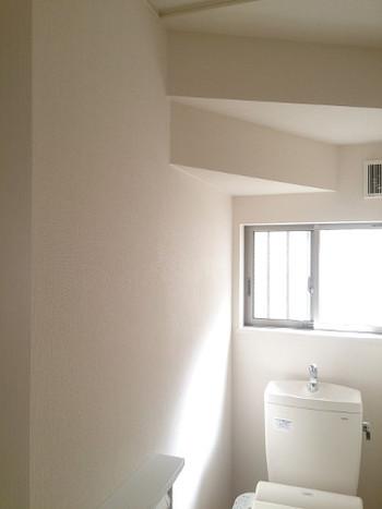 トイレには窓があった方が風水的には良いのですが、なければなるべく明るめの照明をチョイスするようにしましょう。薄暗いトイレは悪い気が滞留してしまいます。