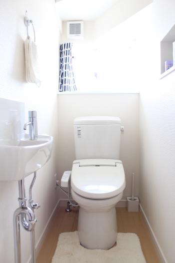 トイレマットは、他のエリアとトイレとの境界をつくる役割を果たしてくれます。マットなしは良くありません。明るめのカラーのトイレマットをチョイスし、いつも清潔にしておきましょう。