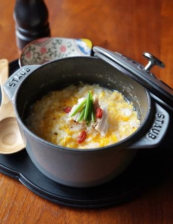 こちらは鶏のささみに、卵・長ネギ・生姜を合わせた「鶏雑炊」。ささみの出汁をベースにした優しい味わいの雑炊は、風邪をひいた時や胃腸が弱っている時にもおすすめです。保温性の高いストウブ鍋で作ると、最後まで温かいまま食べることができるそうですよ◎。