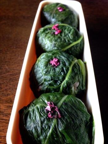 高菜の茎の部分を細かく刻み、ごはんに混ぜ込んだ上で丸めています。包み込んだ葉と中に忍ばせた刻み高菜で、ふんわりと良い香りが香る手まり寿司の出来上がりです。
