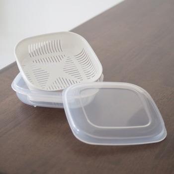 ラップで包んだ場合、重ねて保存するのがNGなので、タッパーなどに入れて保存するのも◎。最近は、100均などでも「ご飯冷凍保存容器(画像はセリアのアイテム)」も販売されており、手軽にごはんの冷凍保存が可能です。