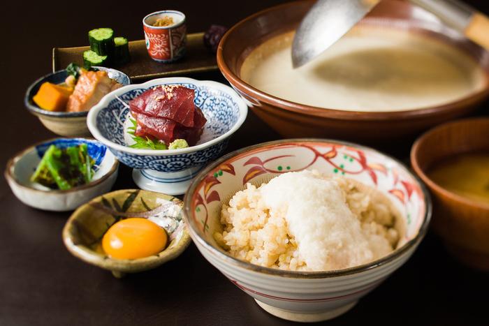 【葱や平吉】の名物とされているのが、ヘルシーな「とろろ膳」です。主役のとろろめしと共に、サイドメニューとして湯葉・漬まぐろ・西京焼などを選べます。