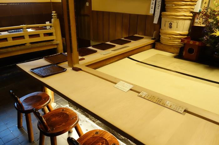 店内のメインとなるカウンター席は、能舞台を模したという独特のスタイル。内側が畳敷きになっており、店員さんは膝をついて接客してくれます。こんなおもてなしも、京都旅行の楽しい思い出になりそうですね。