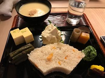 看板メニューは、こちらの「利久弁当」。かやくご飯におばんざい、白味噌汁がセットになった上品な京料理です。シンプルですが、変わらない京都の味がたっぷり詰まっています。