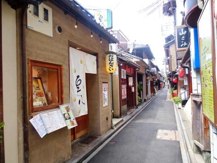 河原町駅から徒歩3分、先斗町の細い路地沿いにある【京都豆八】。豆腐料理とおばんざいがメインのお店で、和モダンでおしゃれな店構えが存在感を出しています。