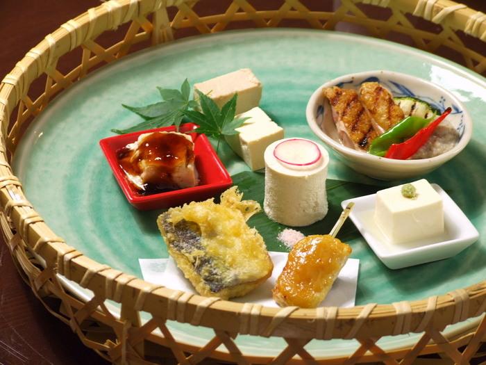 人気のランチは、盛り付けが美しい「豆八ランチ」。豆腐料理と旬のおばんざい6品に、ご飯・漬物・デザートが付くコースです。いろいろな京料理を一皿で頂けるのが嬉しいですね。