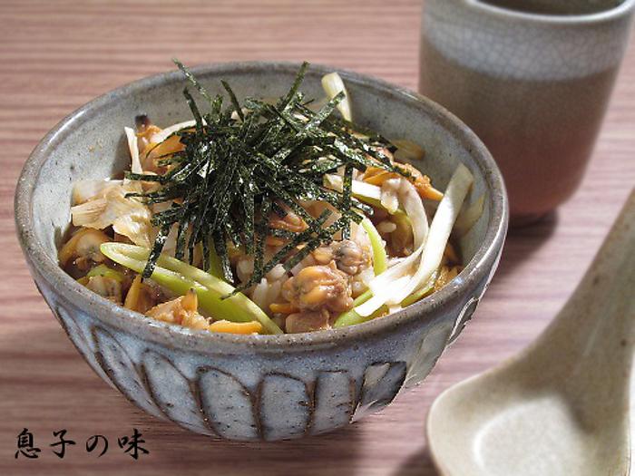 昔、漁師町だった東京・深川で愛された郷土料理、深川丼。むき身のあさりでもいいですが、できれば生のあさりを酒蒸しして作るとおいしさもひときわ。たっぷりのあさりの出汁が、深いうまみをもたらします。昔ながらの和風丼には、渋い焼き物の器がマッチします。