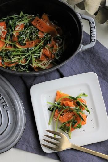 蒸すだけでは物足りなくなってきたら、オイル蒸しにしてみるのはいかがでしょう?野菜の甘さが引き立ち、材料4つのシンプルさでも美味しく出来上がります。これならカサが減ってたくさん食べることができそうですね。