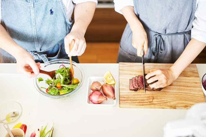 「ふたりごはん」は料理家である榎本美沙さんと、料理初心者の夫による、レシピの行程をふたりで料理できる「ふたりでつくる」季節料理のレシピを紹介しているサイトです。  「忙しい人でも、気軽に丁寧な暮らしを送ってほしい」という美沙さんの思いからレシピも作られいてるため、誰でも気軽に料理に取り組めるけれど、決して難しすぎず、楽しみながら「ふたりで」チャレンジすることができるものばかり。  料理の工程が短いので、料理が苦手という方や、筆者のように「おおざっぱ」「面倒くさがり屋」な主婦にもトライしやすいのが特徴です。