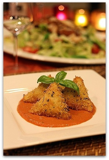 じっくり油で揚げたラビオリ。茹でたラビオリとは一味違う美味しさを味わえます。  ソースの上にラビオリを盛りつけたら、レストランのような見た目に会話やワインも進みますよ。